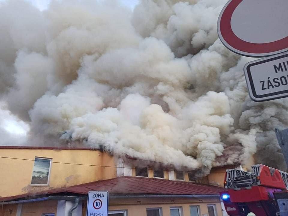 Požár haly s papírem v Košťanech.