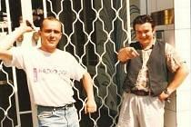 Na fotce jsou moderátoři Tomáš Morávek a Libor Weber před vchodem do Rádia Tep.