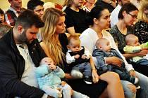 Teplice přivítaly nové občánky. Na snímku je i Kateřina Rubášová (první zleva) se synem Maxmiliánem Mňukem, jehož otcem je Lukáš Mňuk.