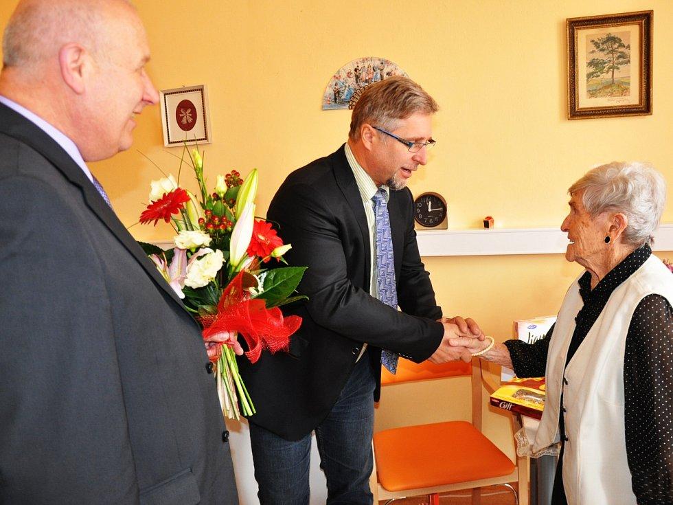 Pětadevadesátiletá Jiřina Dvořáková přijímá gratulace.