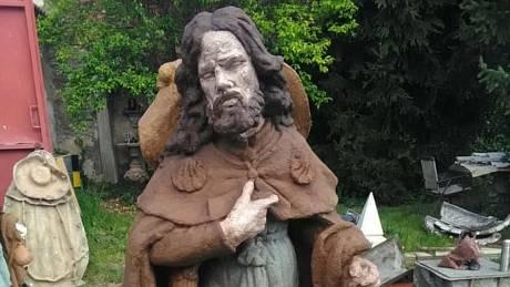 Instalace sochy sv. Jakuba u kostela v Mrzlicích.