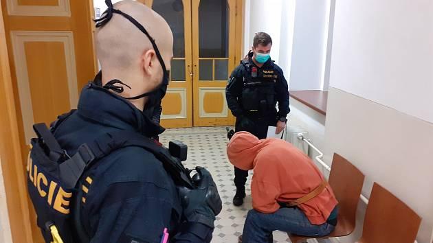 Muž obviněný z požáru v Košťanech u soudu, který rozhodoval o jeho umístění do vazby.