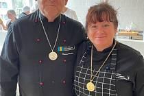 """Hotelovka má """"zlatou"""" učitelku, škola dostala stříbrnou medaili. Na snímku je učitelka Lenka Opavová a učitel Roman Rumler."""