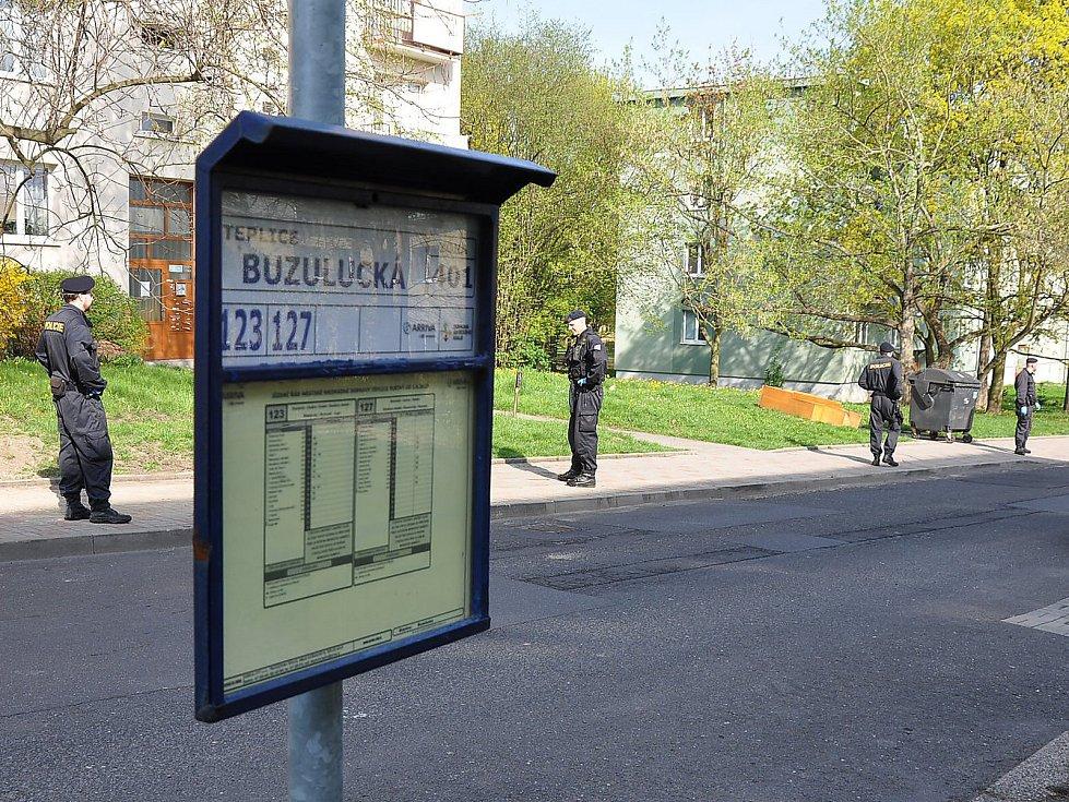 Bezdomovec našel mrtvolku dítěte v kontejneru ve Zrenjaninské ulici v Teplicích. Policie po celý páteční den celou lokalitu prohledávala. Obcházela panelové domy a sbírala informace.