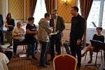 Představitelům FK Teplice předali čestné ocenění ti zaměstnanci chráněných dílen, které FK podpořil.