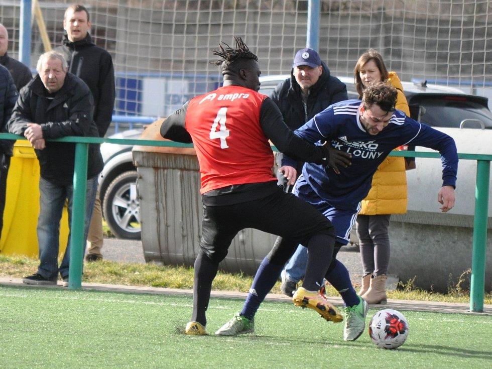 Fotbalisty Loun (v modrém) sice trápí velká marodka, ale i tak si proti Třeboradicím s chutí zastříleli.