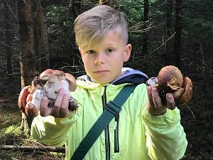 Mladý úspěšný houbař Josef Chládek, který o víkendu navštívil Krušné hory.