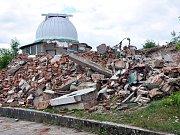 Z původní historické hvězdárny na Písečném vrchu v Teplicích zůstaly pouze dvě pozorovací kopule.