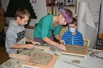 Děti si v muzeu vyzkoušely vyrábět odlitky.