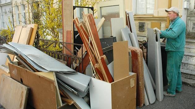 Lidé vyhazují nábytek na ulici
