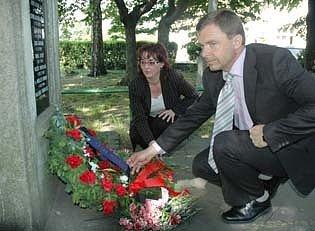 Pokládání květin obětem padlým v první a druhé světové válce.