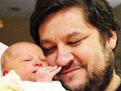 Mamince Marcele Koriťákové z Teplic se 22. listopadu ve 21.22 hod. v ústecké porodnici narodila dcera Nina Koriťáková, na fotu s tatínkem Jiřím Koriťákem. Měřila 51 cm a vážila 3,5 kg.