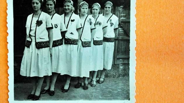 Sokolky z Proboštova po vystoupení v roce 1935.
