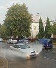 Průtrž mračen spojená s kroupami a silným větrem se prohnala ve středu odpoledne i Proboštovem na Teplicku.