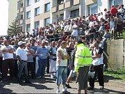 Romové čekající na příjezd Dělnické strany do Krupky