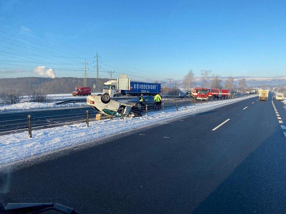 Nehoda čtyř osobních aut u Bystřan.