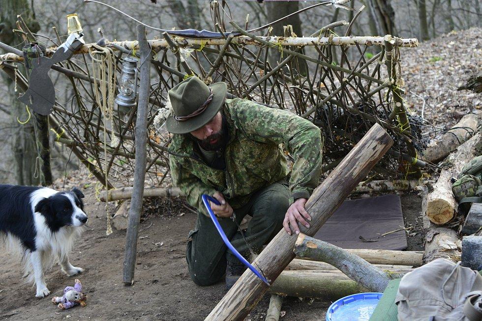 Jaroslav Pachta převážně žije v lese nad Osekem na Teplicku.