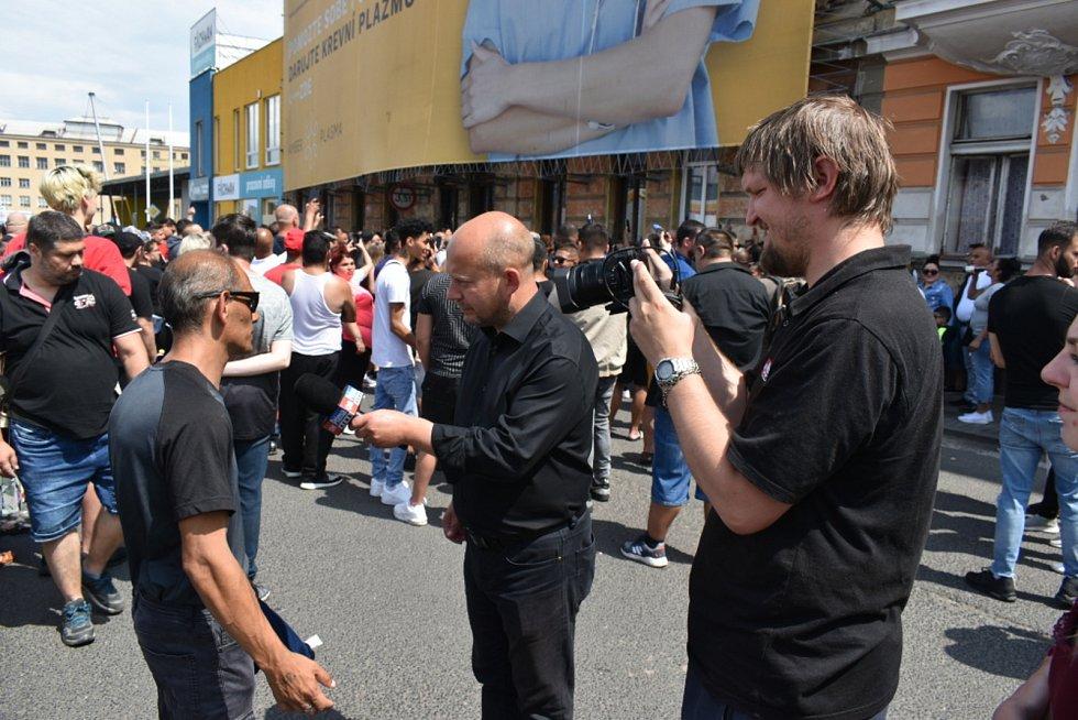 Náboženské shromáždění v Teplicích. Romové do ulice U Hřiště přišli uctít památku muže, který zemřel v sobotu 18. června po zákroku policie.