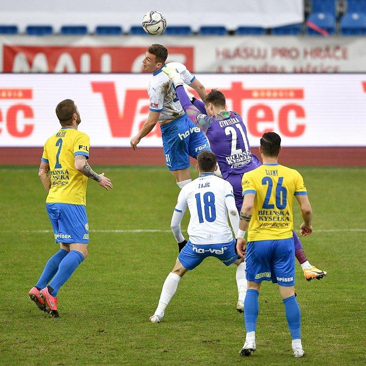 Utkání 21. kola první fotbalové ligy: FC Baník Ostrava – FK Teplice, 27 února 2021 v Ostravě. (střed) Ondřej Šašinka z Ostravy a brankář Teplice Jan Čtvrtečka.