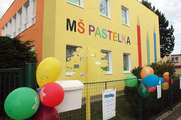 Mateřská škola prošla rekonstrukcí. Na její ukončení se střihala tradiční páska.