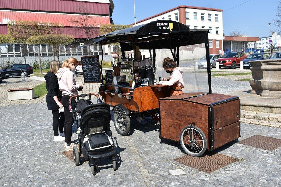 Náměstí Svobody a Kavárna na ulici
