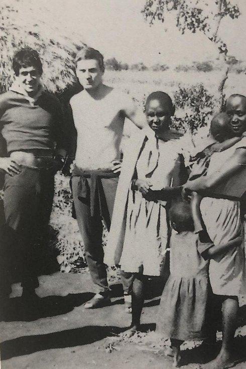 Julius Kantor s Jiřím Petráčkem a domorodými ženami z africké Keni.