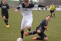 Tomáš Vavrinec v souboji s lounskou obranou.