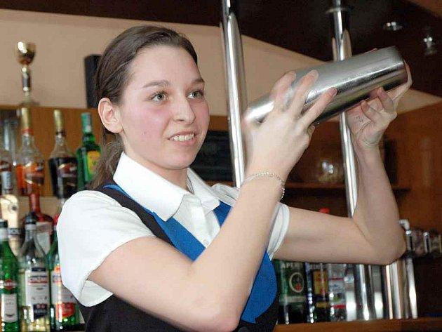 Studentka Hotelové školy Teplice Eliška Burešová v barmanském kurzu
