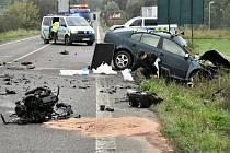 Tragická nehoda auta a autobusu u Srbic