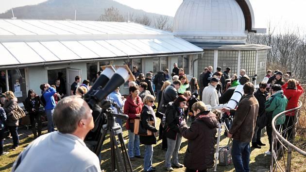 Jedna z akcí roku 2015 na hvězdárně Teplice, pozorování částečného zatmění slunce.