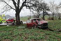 Auto narazilo u Hrobčic do stromu