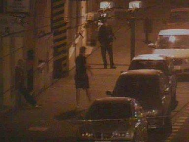 Krádež stěračů z auta, záběr z kamery městské policie.