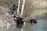 """Vápenka je """"plná"""" munice. Policejní potápěči zde již dříve též z vody vytáhli nevybuchlou munici."""