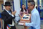 Obecní slavnosti v Proboštově proběhly v duchu stého výročí samostatné republiky. Michaela Zajacová upekla dětem z místní mateřské školky obří dort s portrétem Tomáše Garrigue Masaryka.