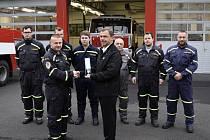 Předání záslužné medaile hasičům z rukou starosty Dubí Petra Pípala.