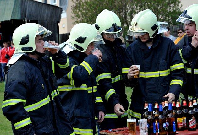 Do Hostomic se sjeli dobrovolní hasiči. Rozdali si to v požárním útoku