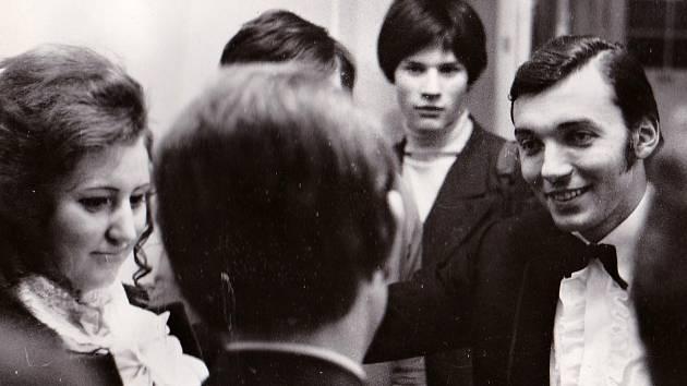 """Fotografie z přelomu let 1967/68 z teplického divadla. """"Šla jsem tedy suverénně za ním, abych udělala rozhovor do tehdejšího týdeníku Směr,"""" vzpomíná bývalá novinářka Libuše Maxová z Teplic."""