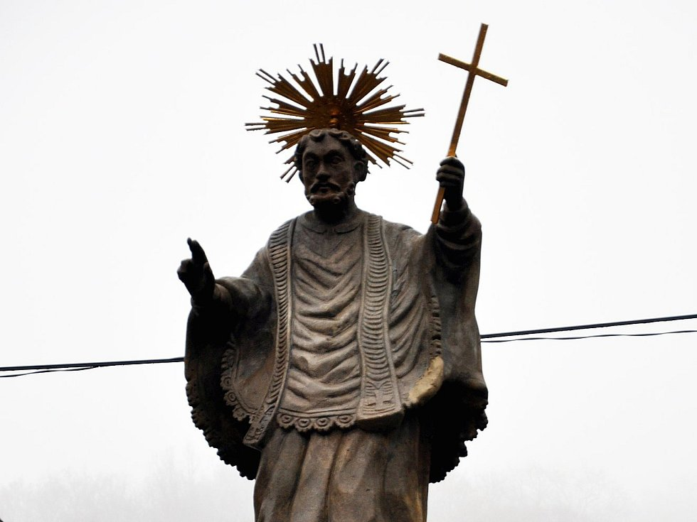 Odhalení restaurované barokní sochy sv. Františka Xaverského v Husitské ulici v Krupce.