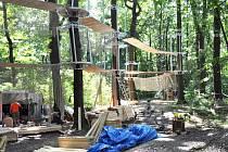 U oseckého koupaliště v korunách stromů roste lanové centrum