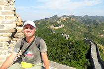 DUŠAN PETRÁŠ si hoví na Velké čínské zdi, která je dlouhá cca 3460 km. Se všemi odbočkami má dokonce 8858,8 km!