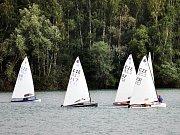 Na vodní ploše Barbora v Oldřichově na Teplicku probíhá od soboty týden jachetních závodů.