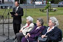 Památná místa připomínají lidické ženy i letce z USA