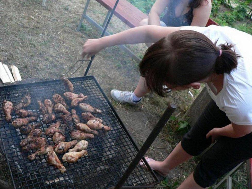 Helena Veverková na zahradě v Litvínově - Janově při příležitosti oslavy narozenin. Grilovali jsme hlavně kuřátka.