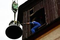 Zavěšení nového zvonu do kostelu v Hradišti na katastru obce Bžany.