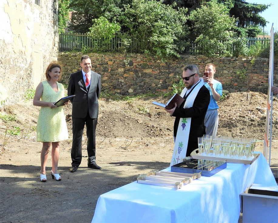V Mirošovicích a v Hrobčicích proběhlo žehnání základních kamenů rekonstrukce mirošovického zámku a hrobčické tvrze.