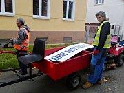 V Proboštově na Teplicku rozváželi pracovníci VPP nezbytné artefakty do volebních místností obecními traktůrky