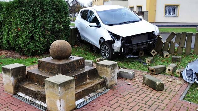 Dvě auta bourala před úřadem v Modlanech.