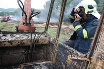 Hasiči likvidují požár stohu v měrunicích