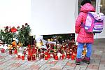Dítě před školou Buzulucká, kde je pietní místo.