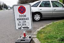 Zákaz parkování v daném čase a místě kvůli mytí ulic.